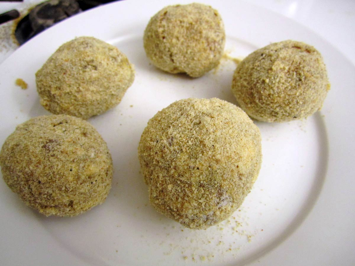 Small potatoes breaded with breadcrumbs.