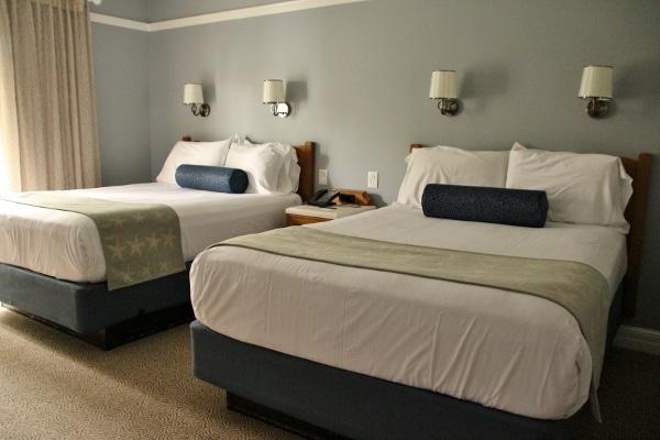 2 queen beds in a hotel room