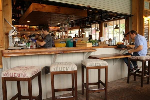 bar area on patio of Homecomin\' restaurant