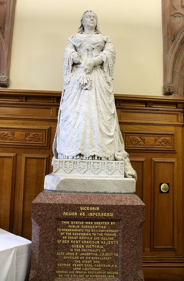 a statue of Queen Victoria