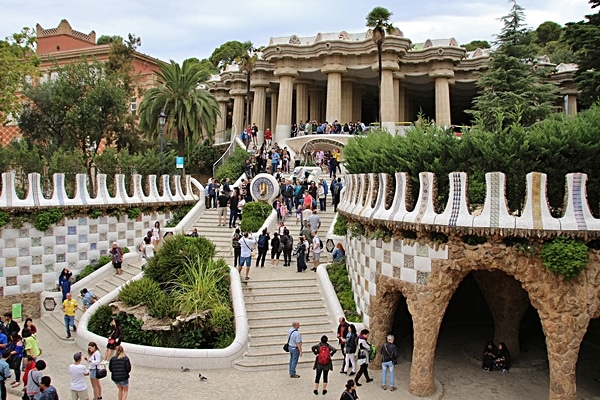 A group of people walking in front of Park Güell