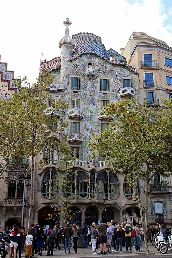 A group of people in front of Casa Batlló