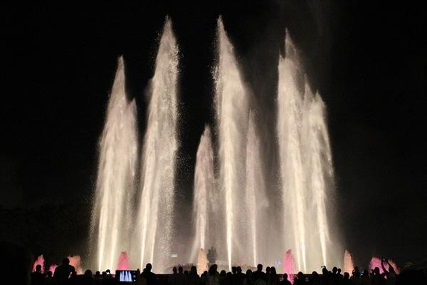 A fountain in the dark