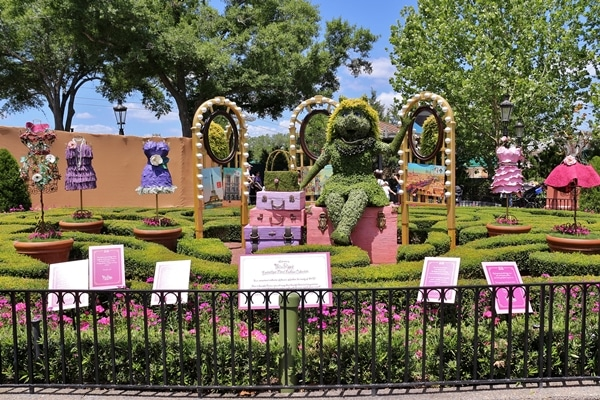 a topiary shaped like Miss Piggy