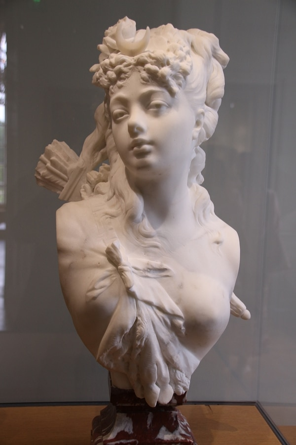 A statue of a woman