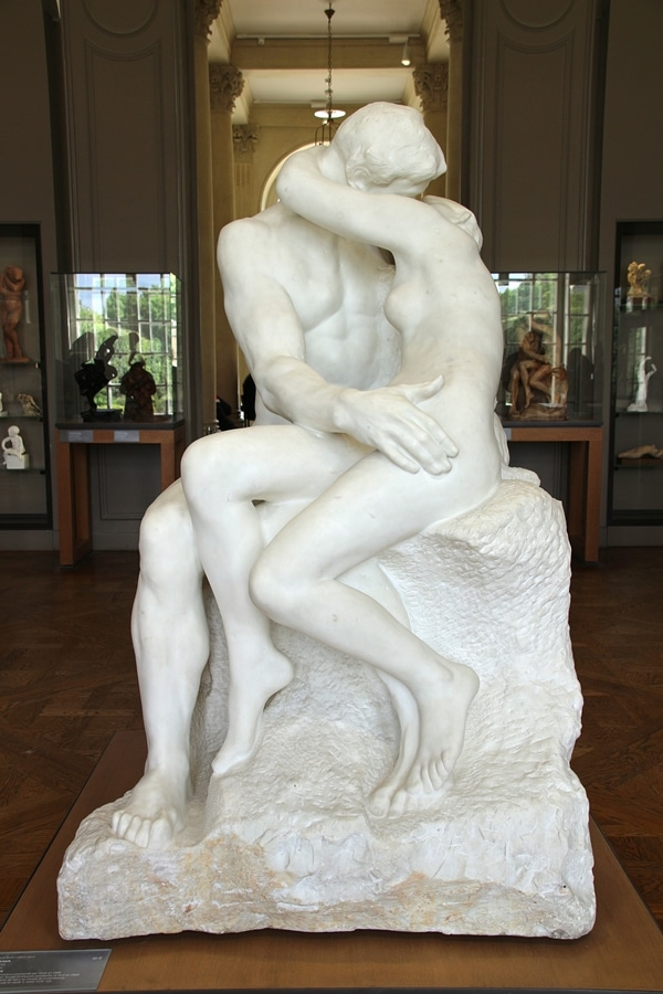 A close up of The Kiss statue in the Rodin Museum