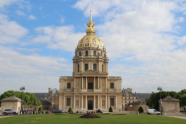 A large building with a giant gold dome
