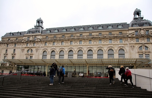 A group of people walking in front of Musée d\'Orsay