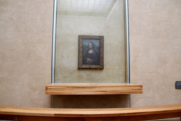 a wide view of the Mona Lisa behind glass