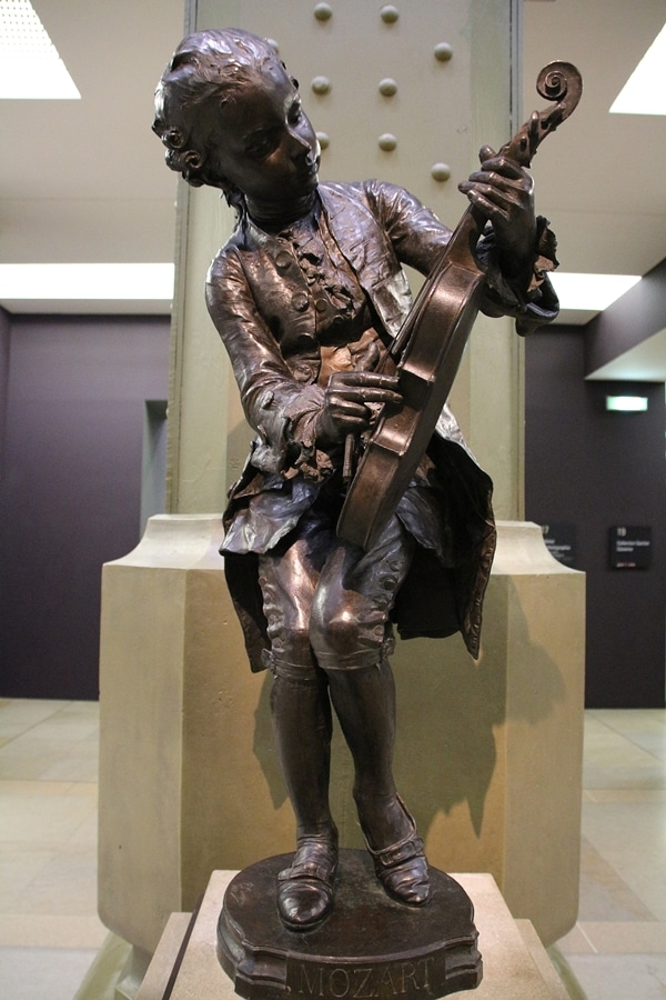 A statue of a person with a violin