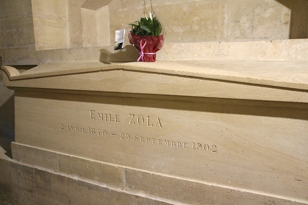 Emile Zola\'s grave in a crypt