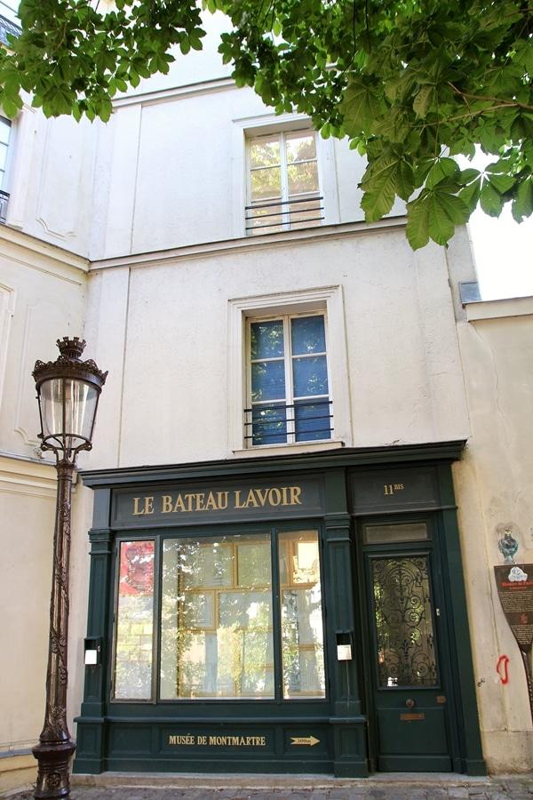 "a white building that says \""Le Bateau Lavoir\"" in front of it"