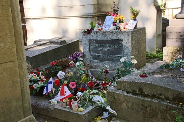 Jim Morrison\'s grave covered with flowers